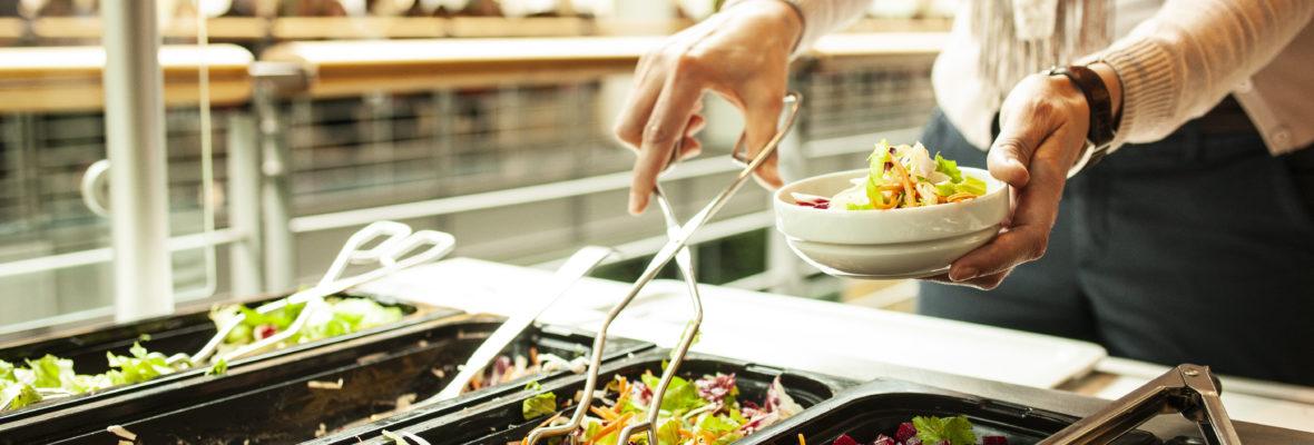 Salatbuffet in einer Kantine