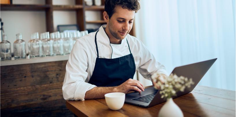 Gastronom beim Online-Banking
